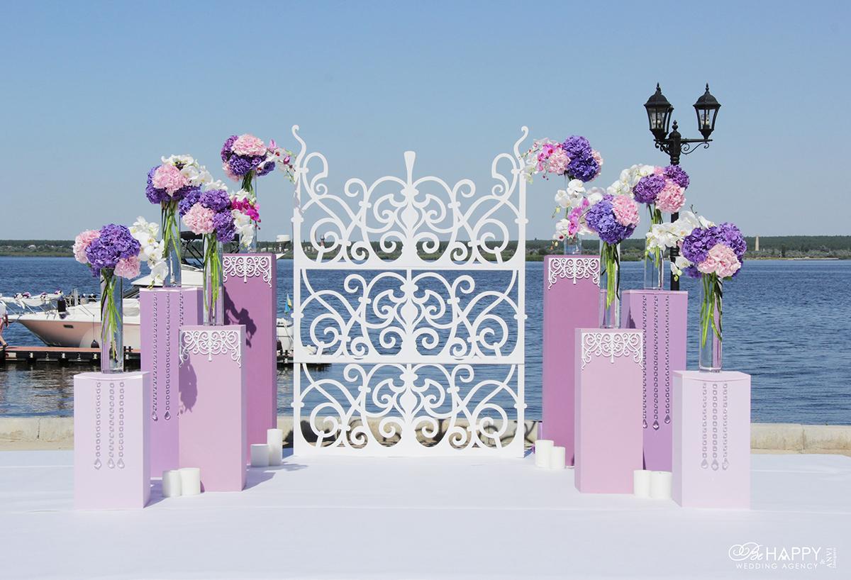Декоративные колонны с живыми цветами в зоне проведения свадебной церемонии