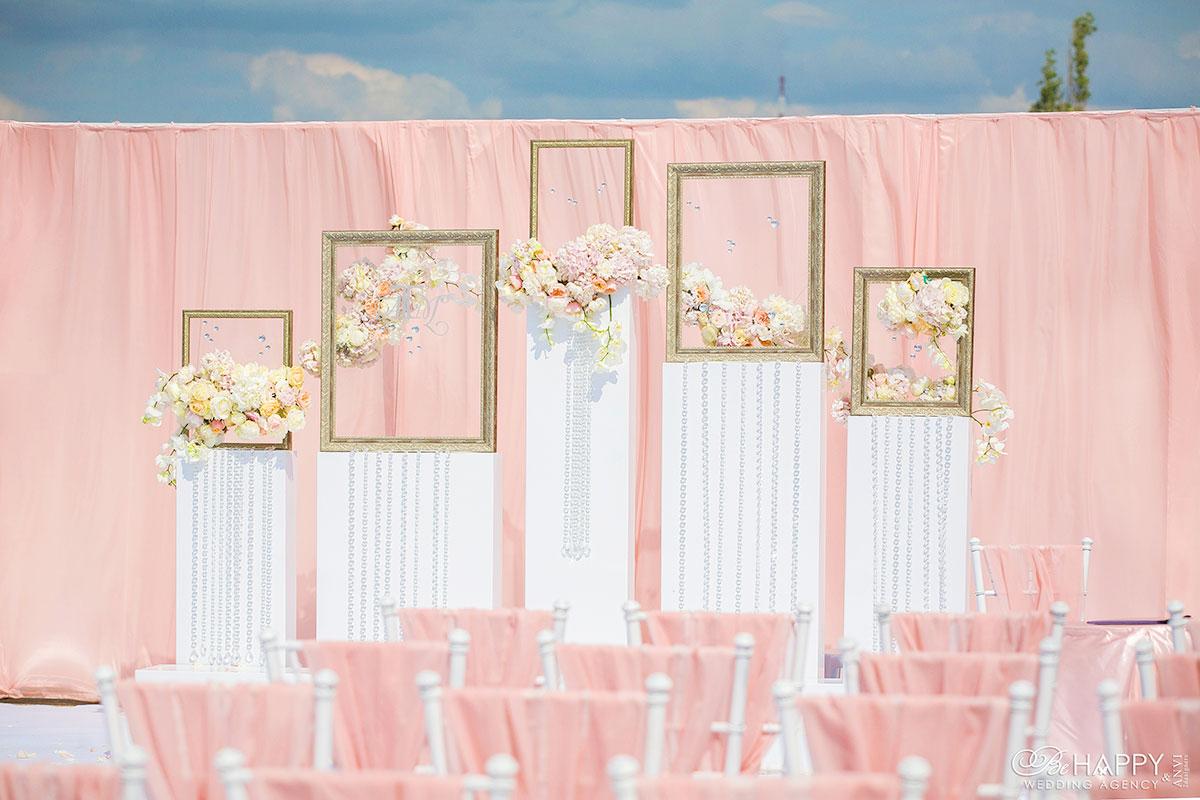 Декоративное оформление розовой зоны проведения свадебной церемонии
