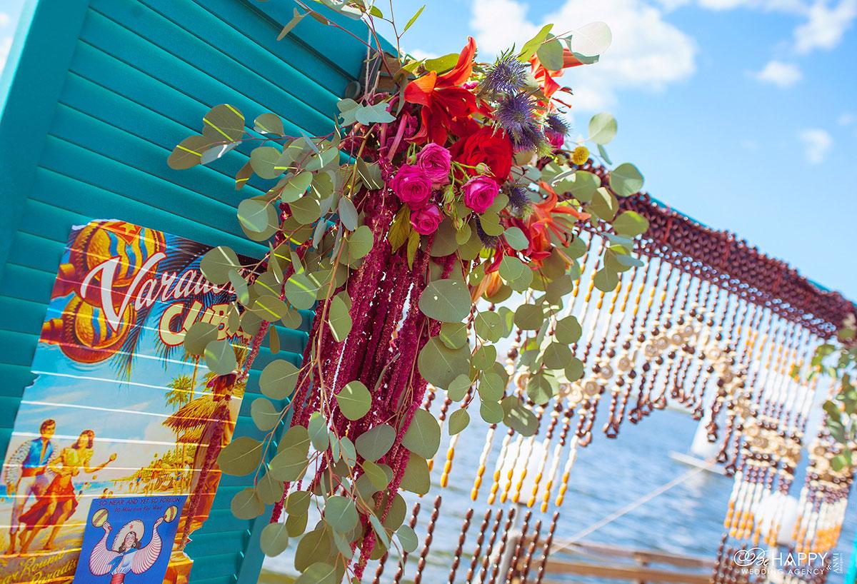 Яркие живые цветы и декоративные элементы для свадебной арки
