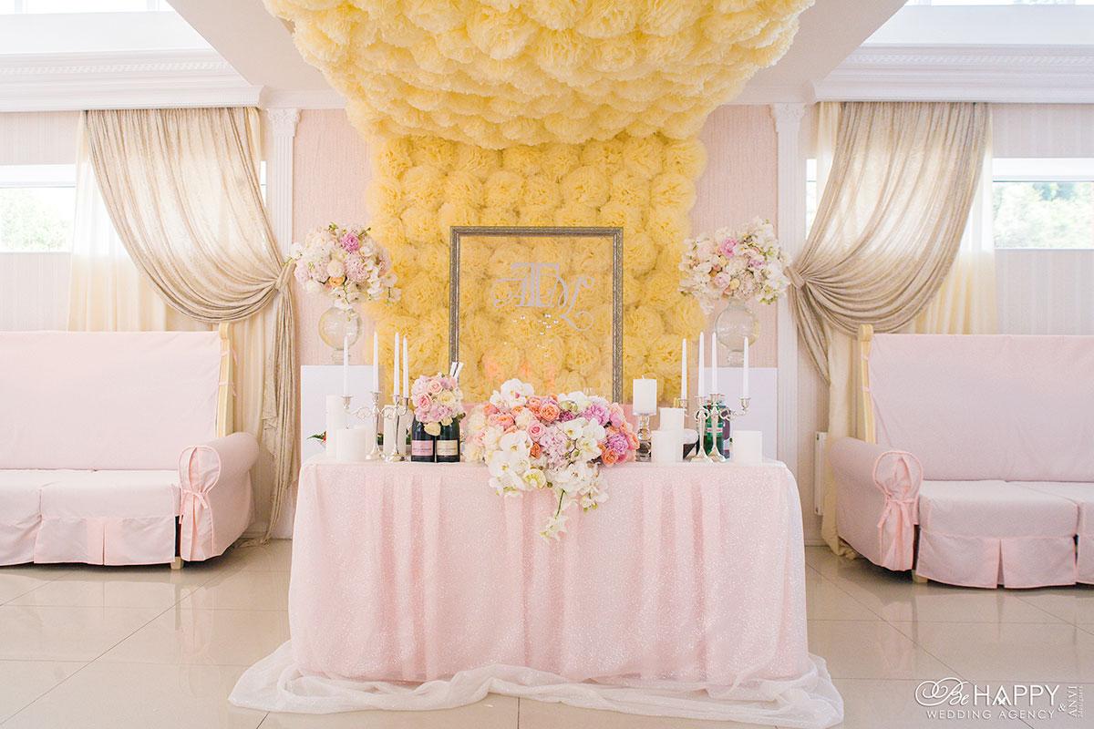 Украшение стола молодоженов цветочной композицией и элементами декора Би Хеппи Николаев