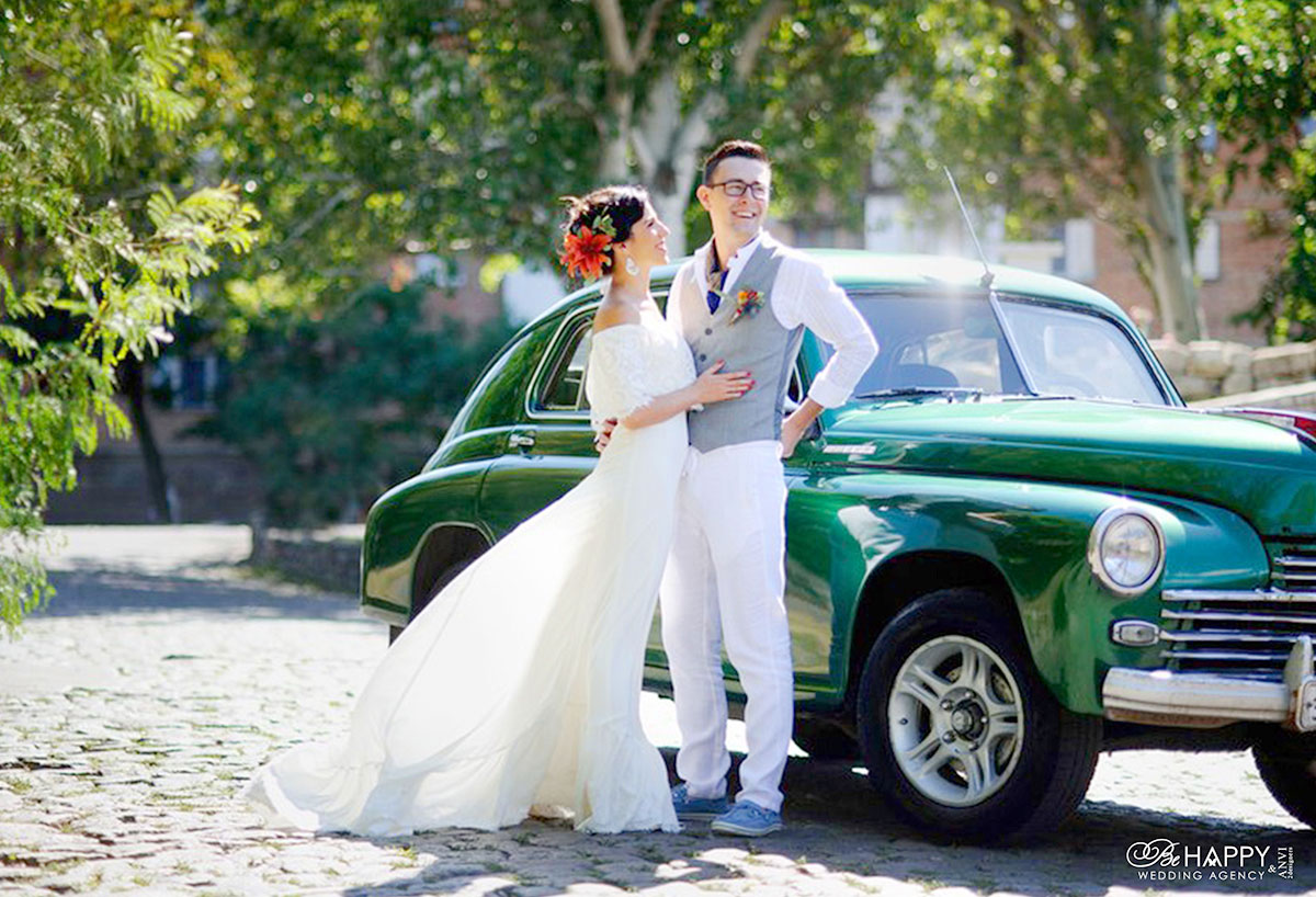 Фото молодоженов на фоне винтажного зеленого автомобиля