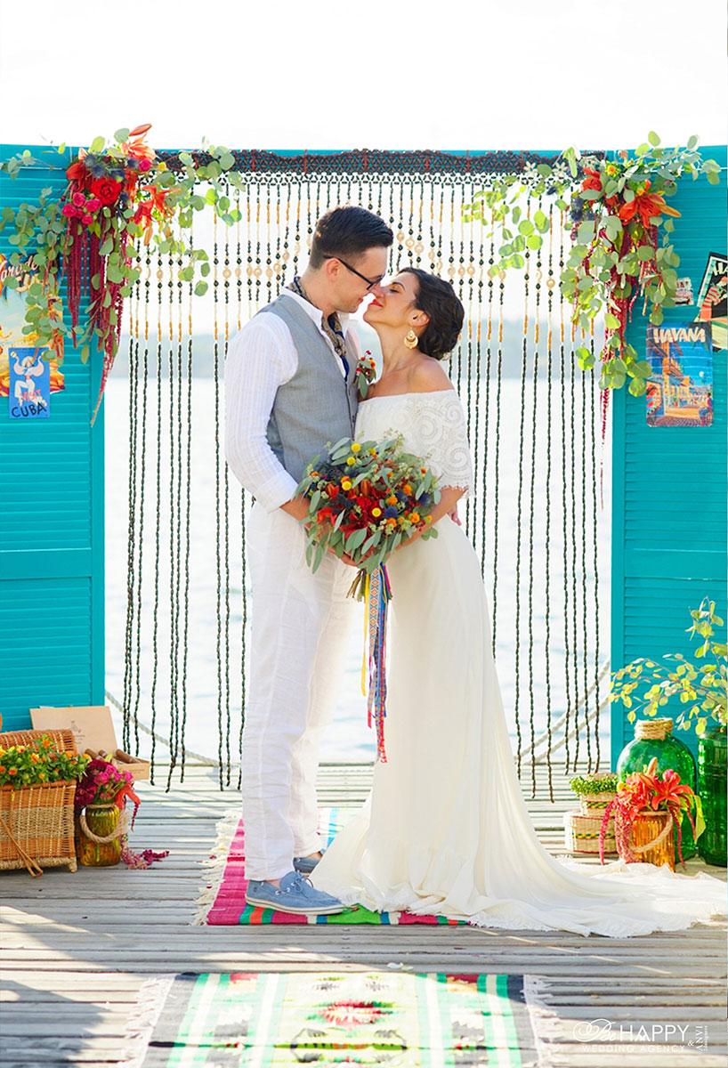 Фото молодоженов в зоне проведения свадебной церемонии