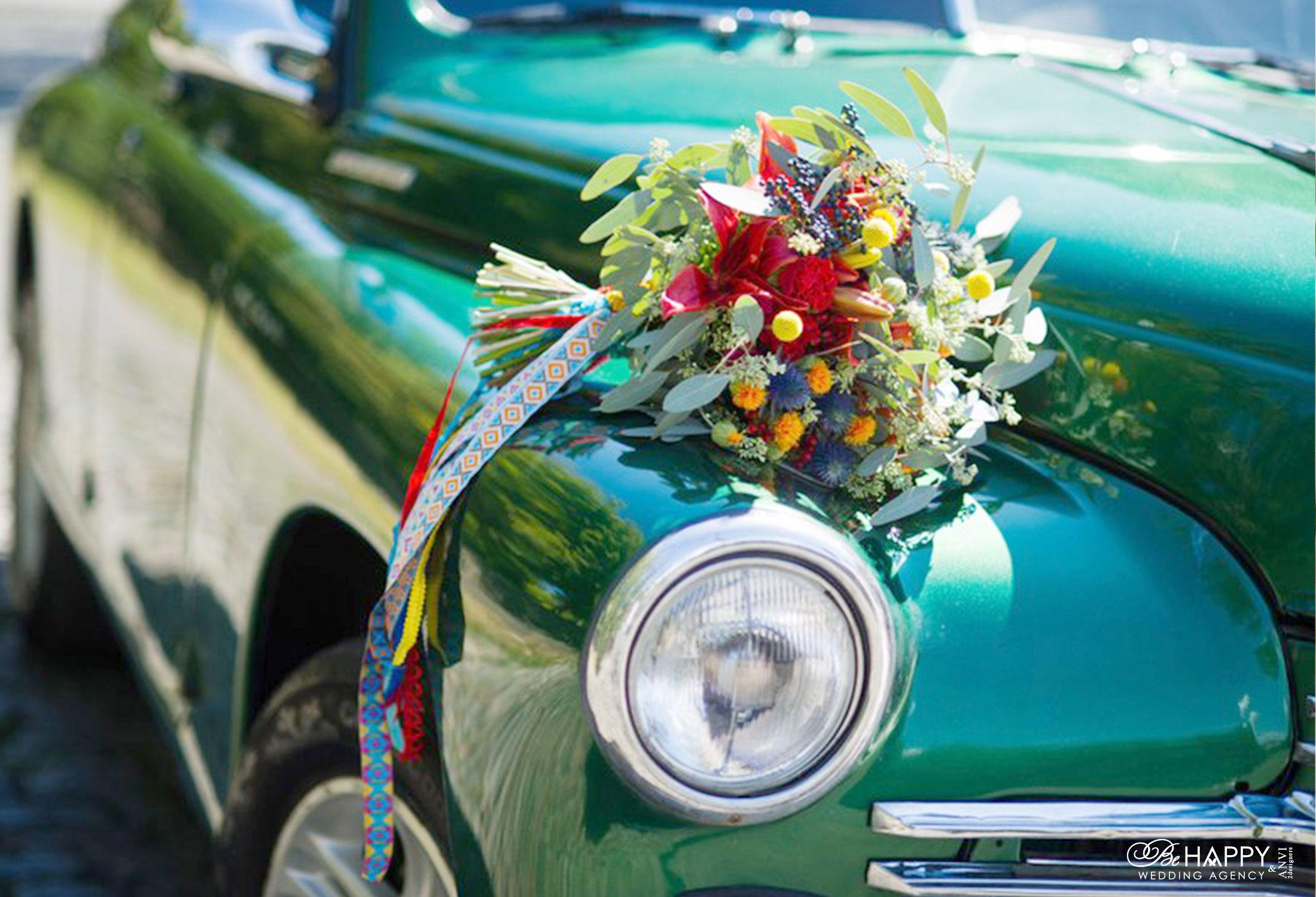 Украшение свадебного автомобиля цветочной композицией Би Хеппи Николаев