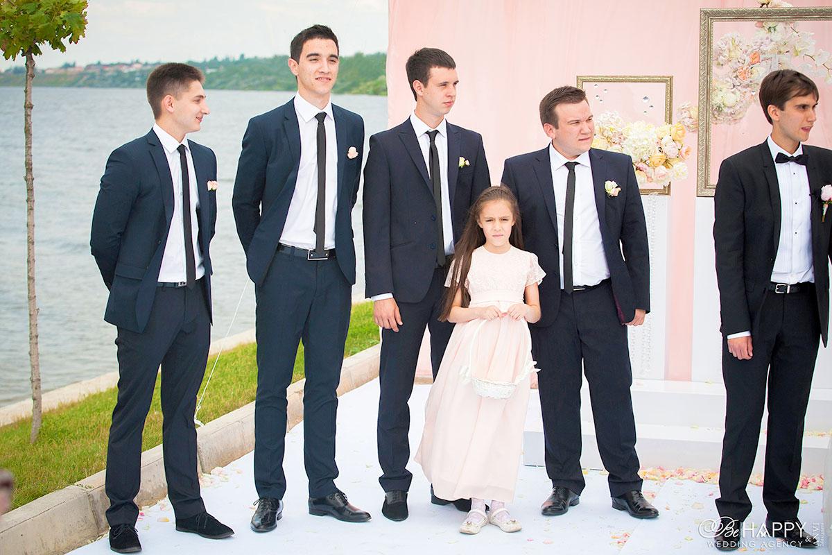 Свидетели жениха с бутоньерками в зоне проведения свадебной церемонии