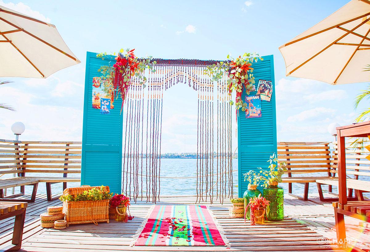 Декоративное оформление зоны проведения свадебной церемонии в фольклорном стиле