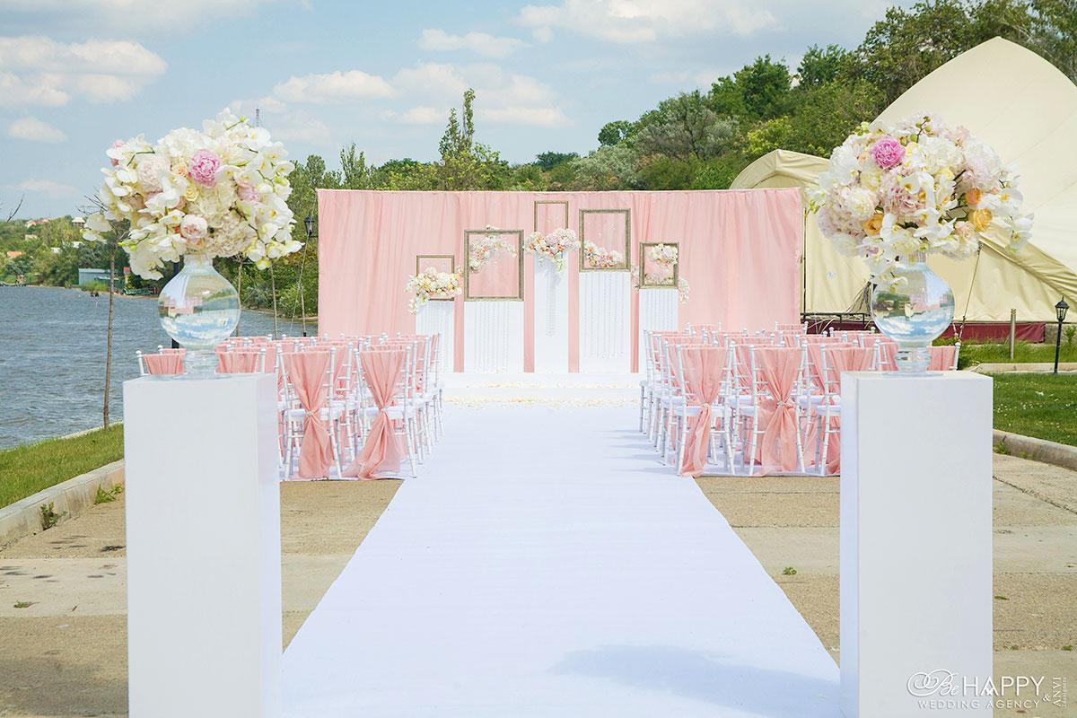 Декоративное оформлении свадебной выездной церемонии в розовых тонах би хеппи Николаев
