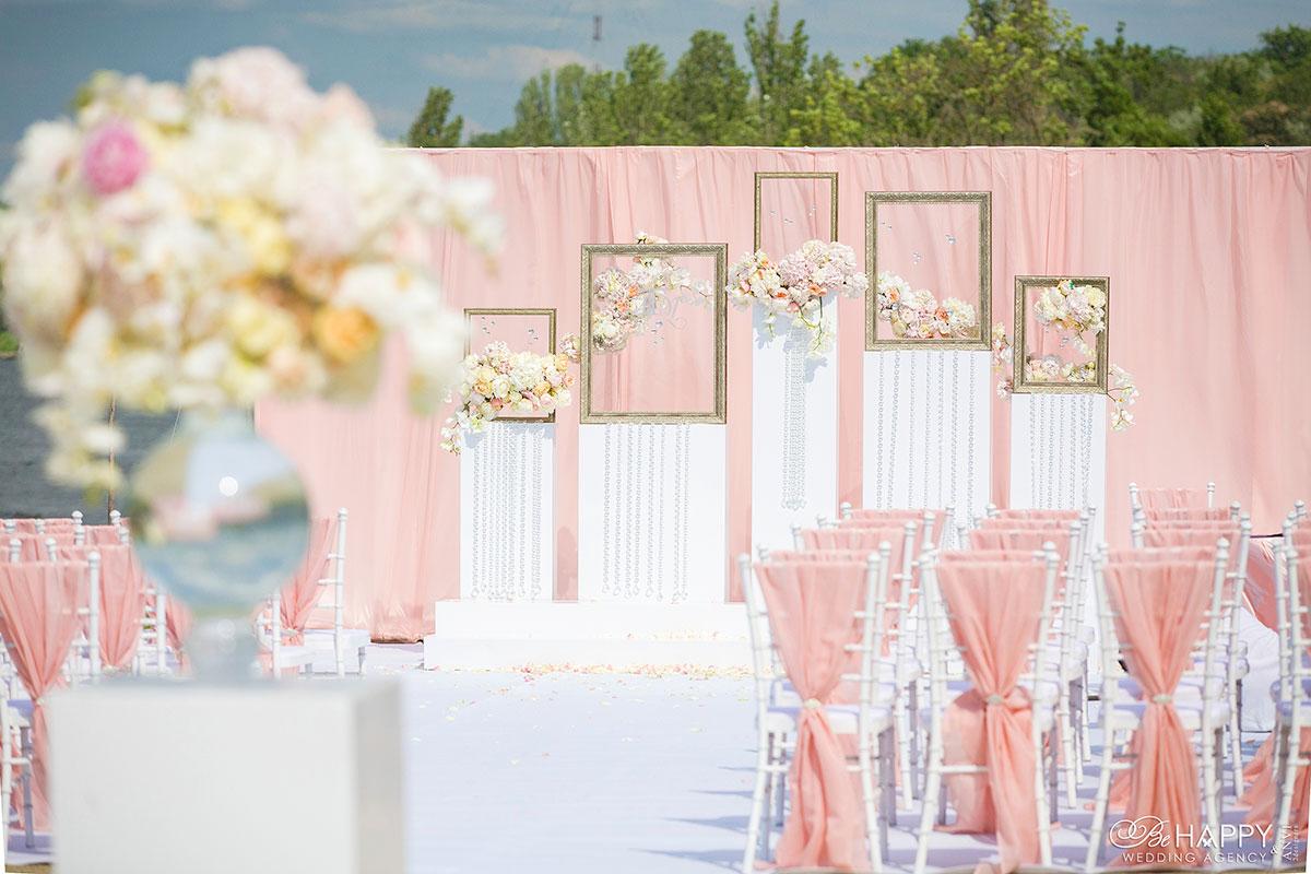 Оформление зоны церемонии декоративными рамками и живыми цветами