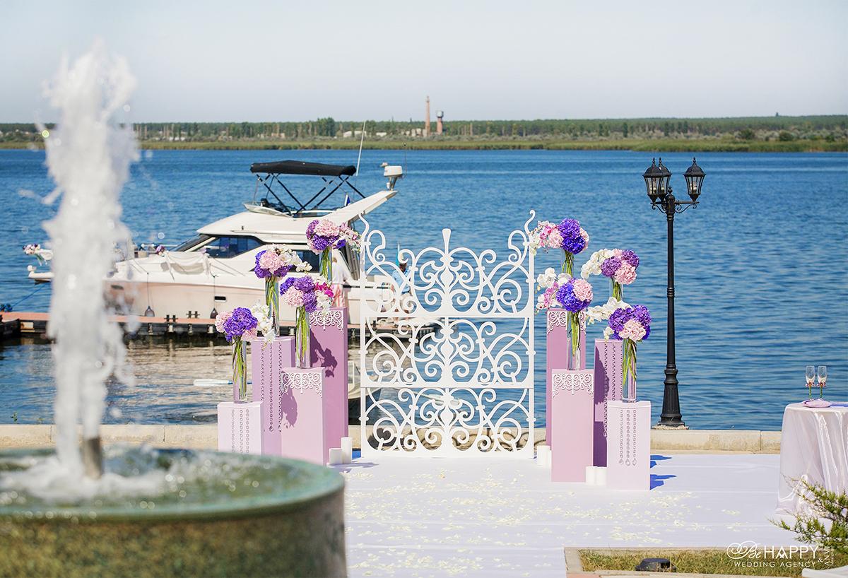 Фото зоны проведения выездной свадебной церемонии на фоне реки