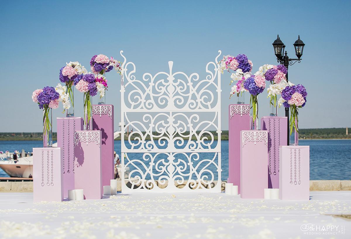 Зона проведения свадебной церемонии с живыми гортензиями и элементами декора