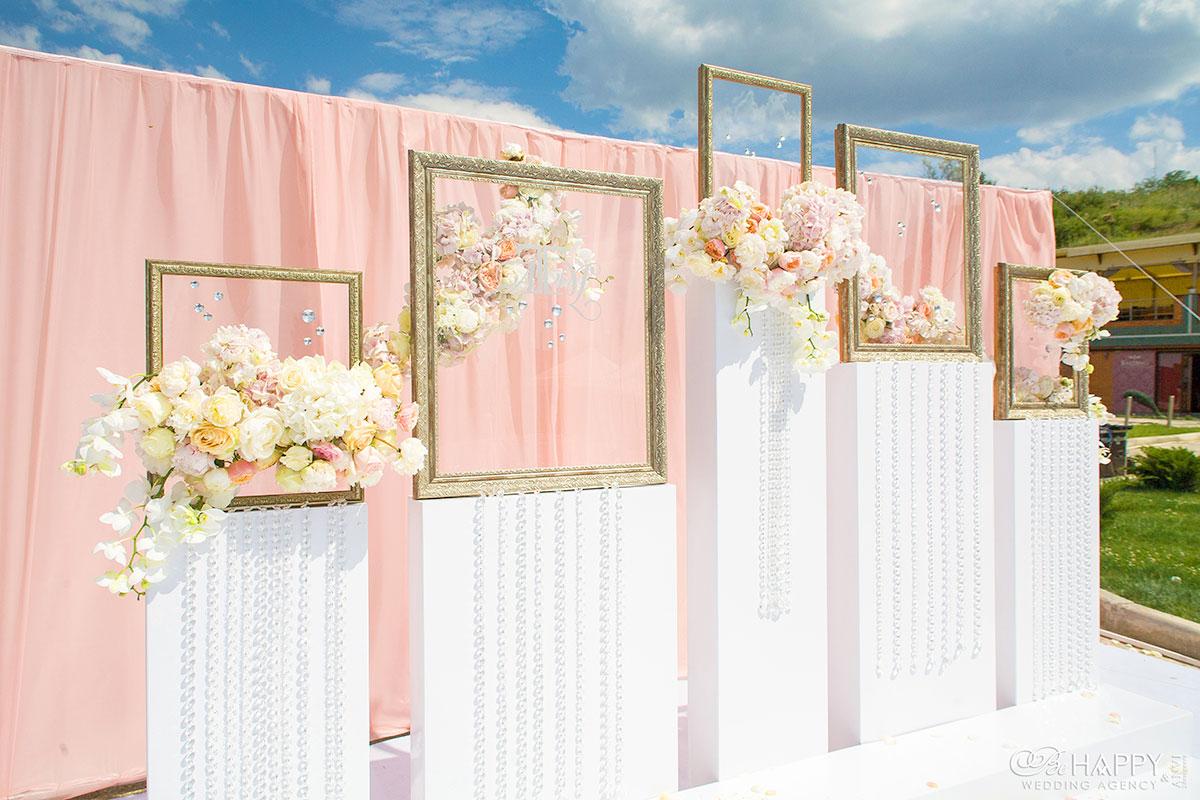 Декоративные рамки украшенные живыми цветами в зоне проведения свадебной церемонии