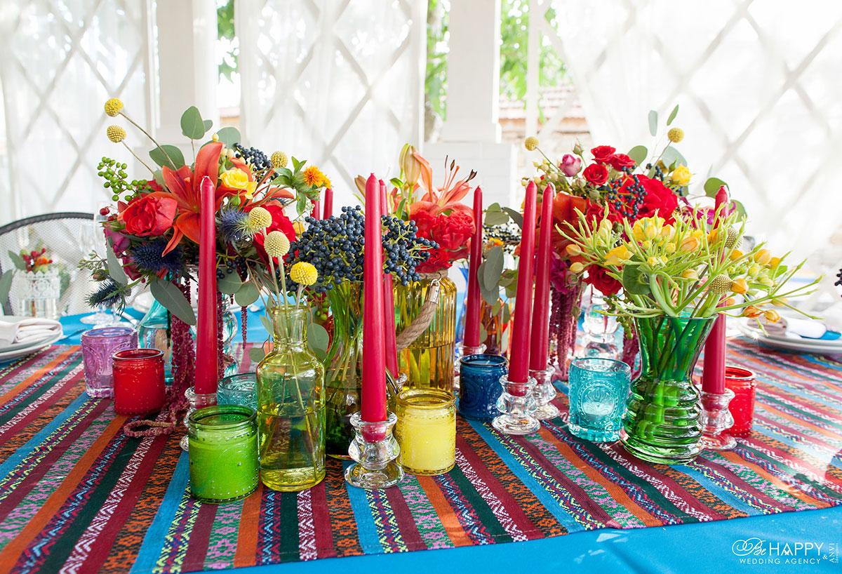 Яркое декоративное оформление банкетной зоны живыми цветами и красными свечами