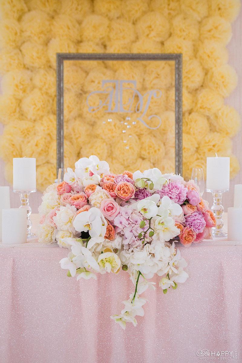 Оформление стола жениха и невесты живыми цветами Би Хеппи свадьба Николаев