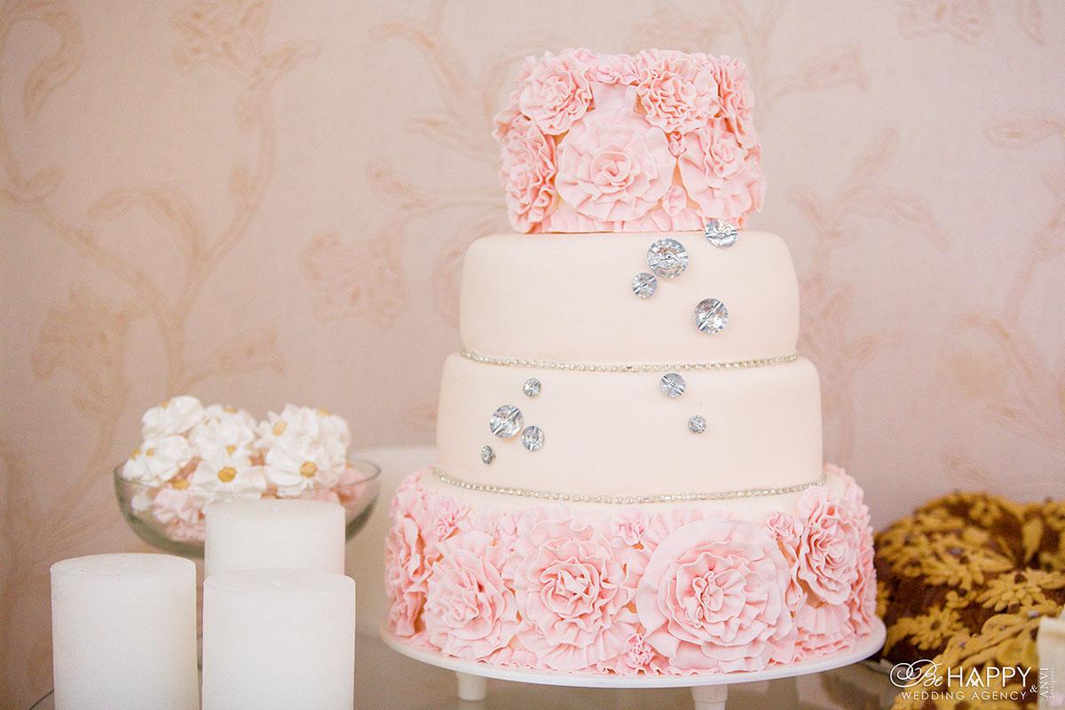 Четырехъярусный свадебный торт со стразами и кремовыми розами