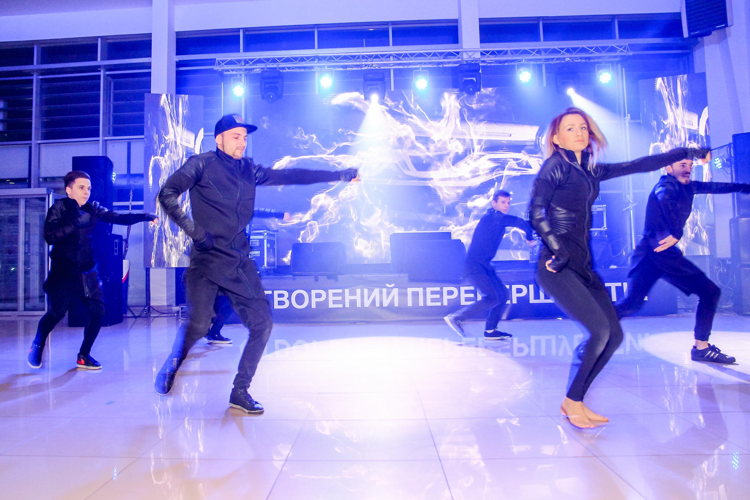 Танцевальный коллектив на презентации BMW Be happy Nikolaev