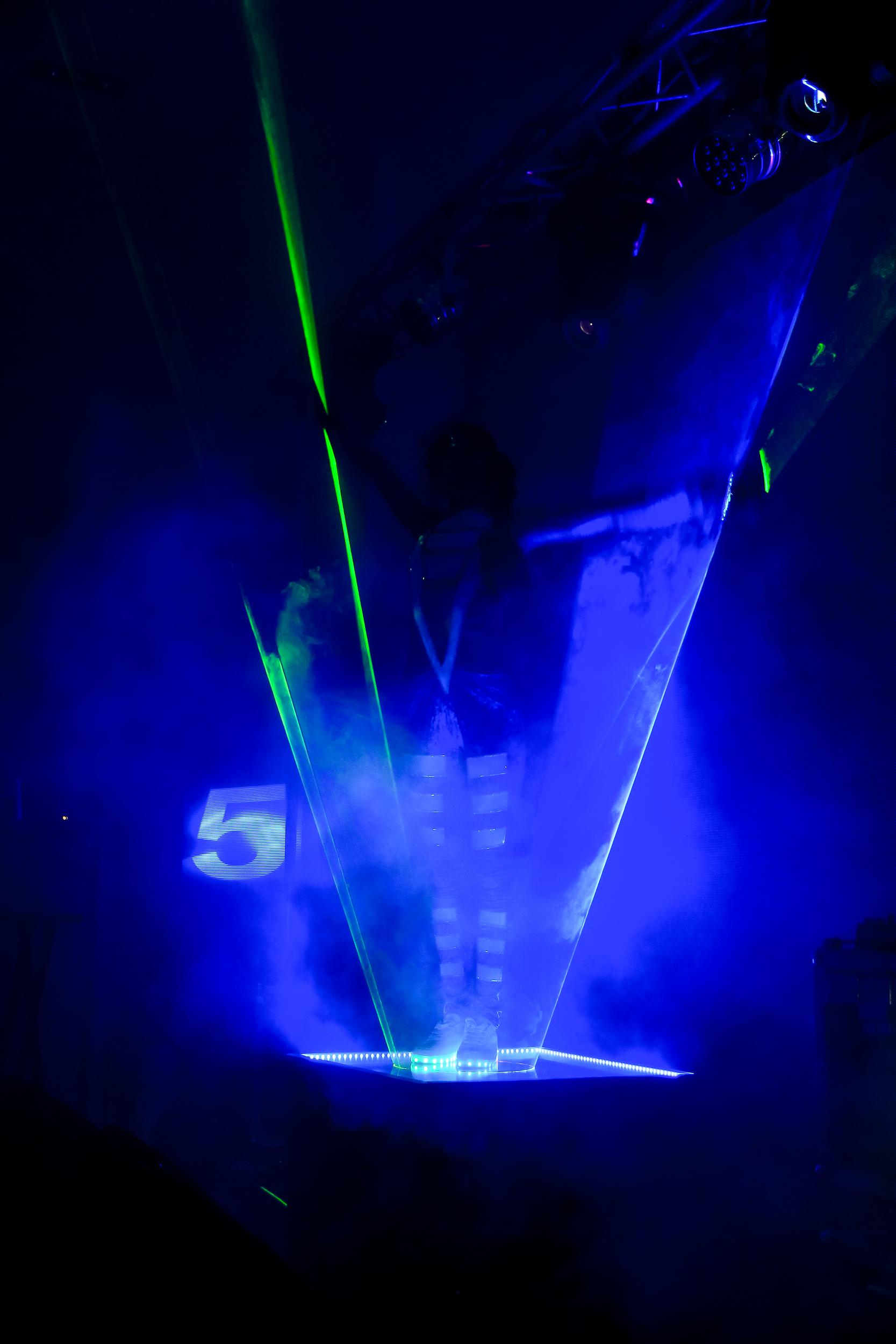 Выступление танцовщицы под лазерное шоу на презентации BMW Николаев