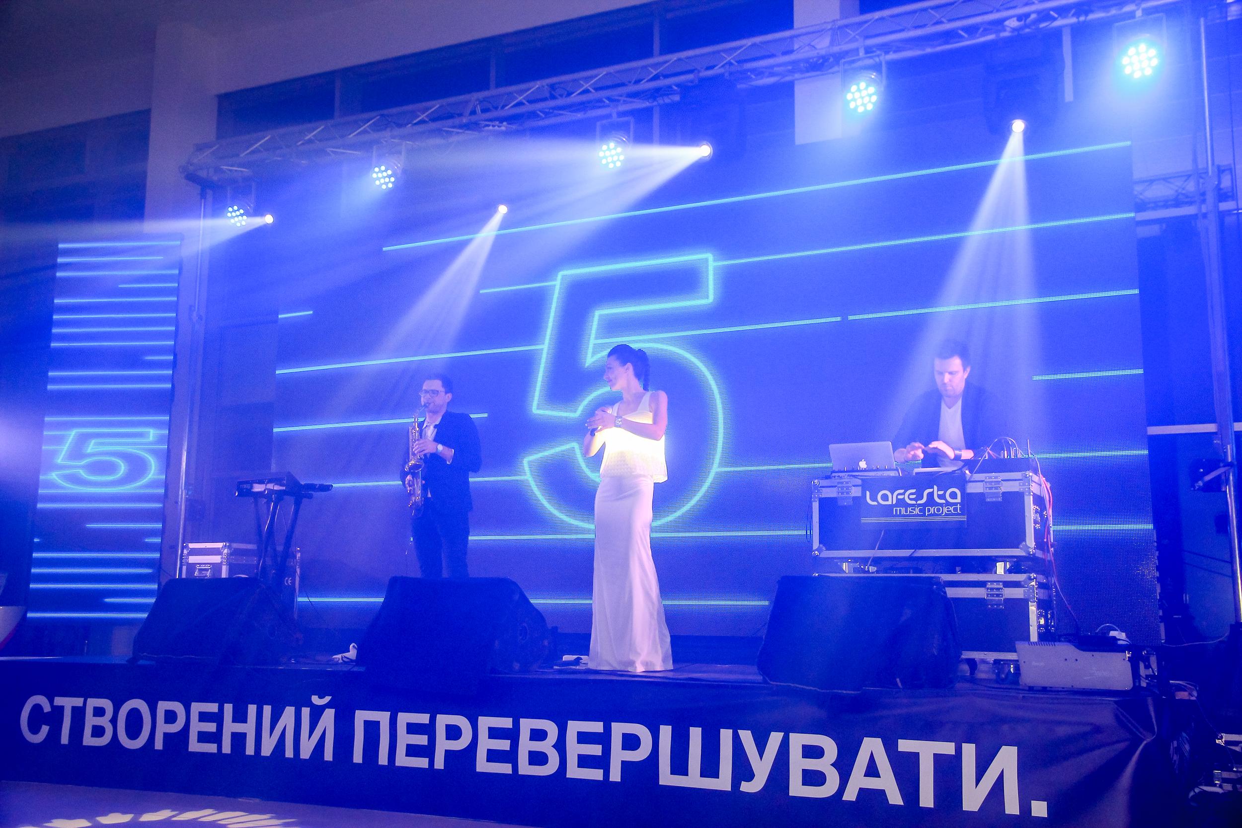 Выступление музыкального коллектива презентация BMW Бихеппи Николаев