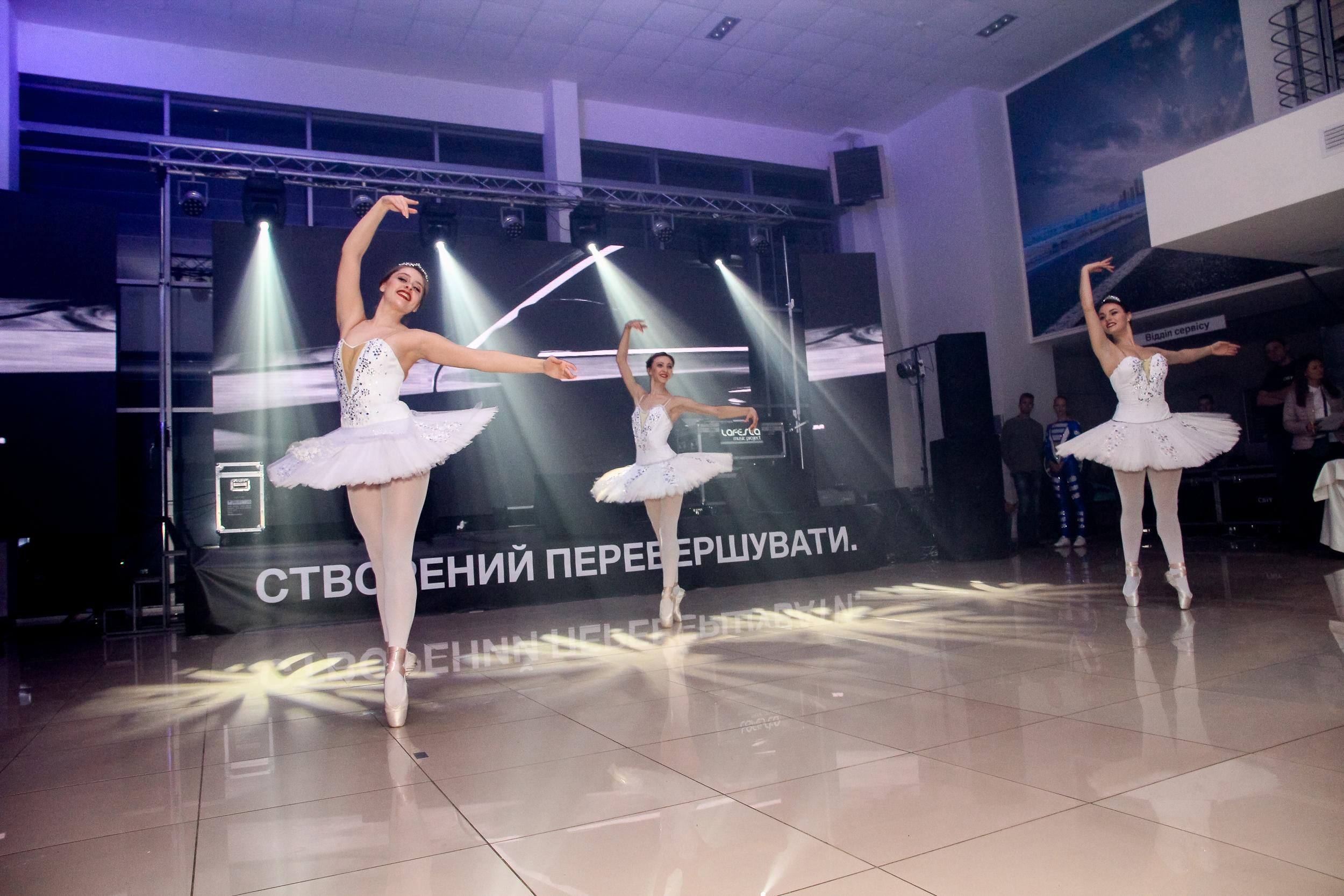 Балетный коллектив на презентации BMW Бихеппи Николаев