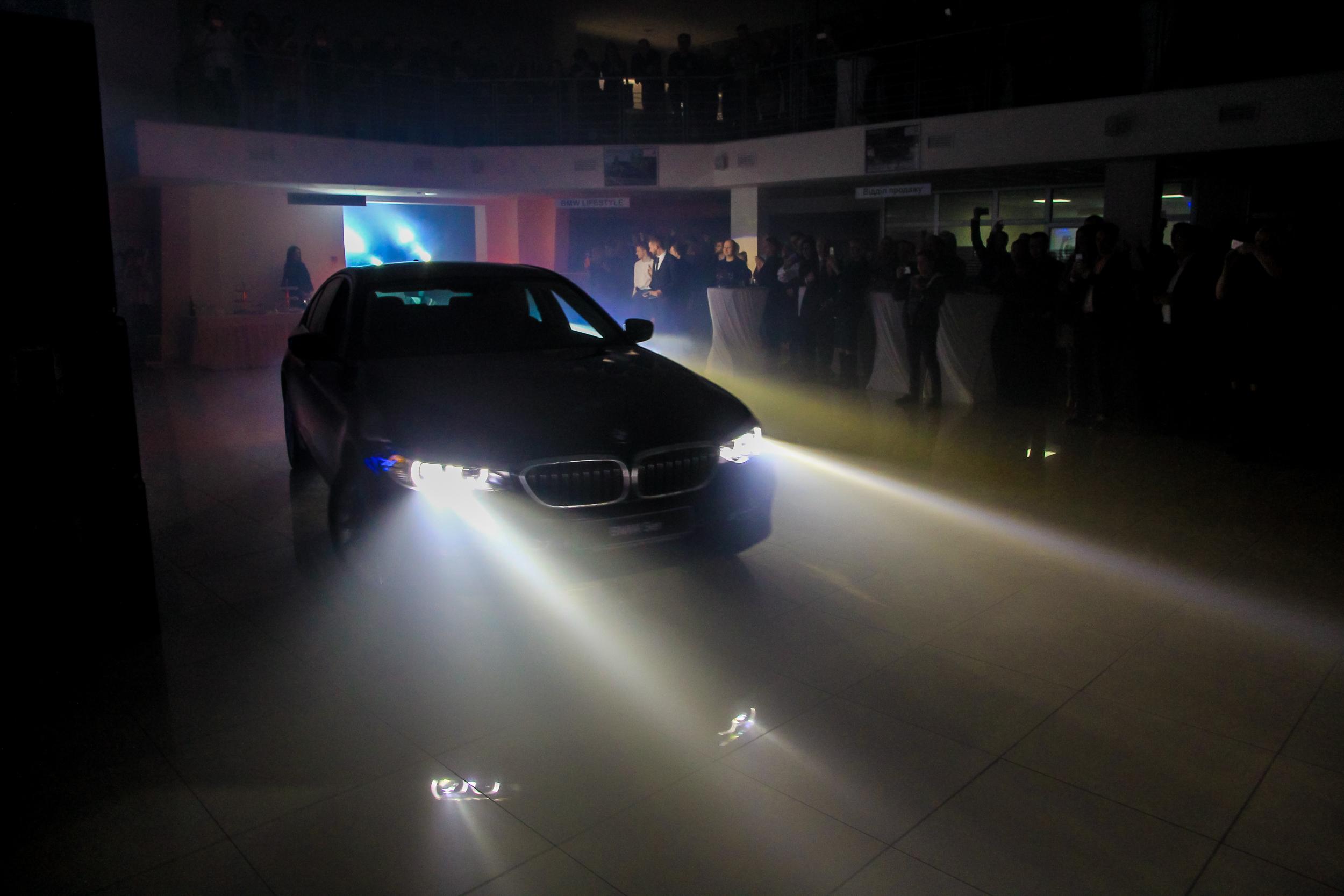 Торжественный заезд BMW 5-Серии в зал под аплодисменты гостей