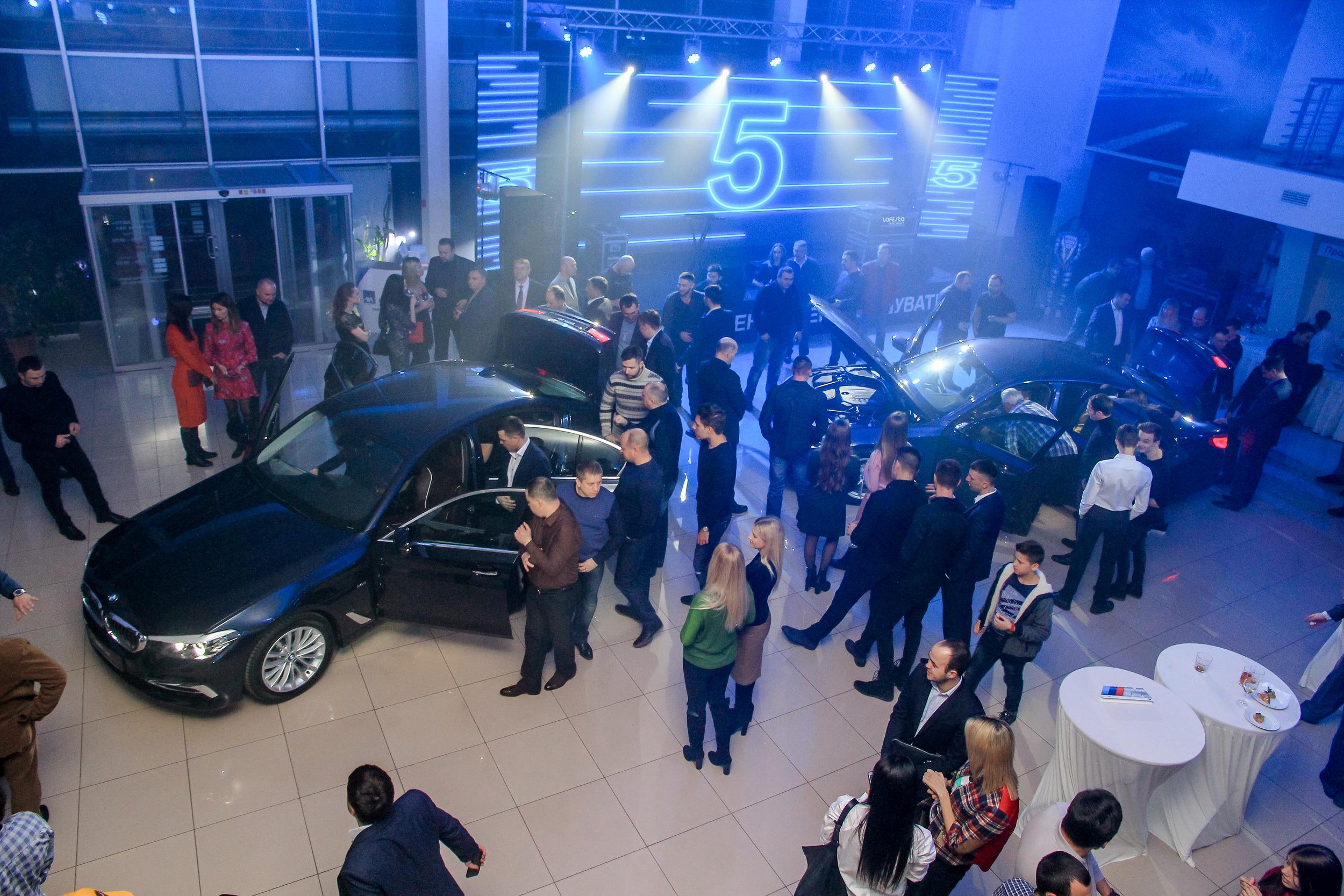 Гости знакомятся с новым автомобилем BMW 5-Серии