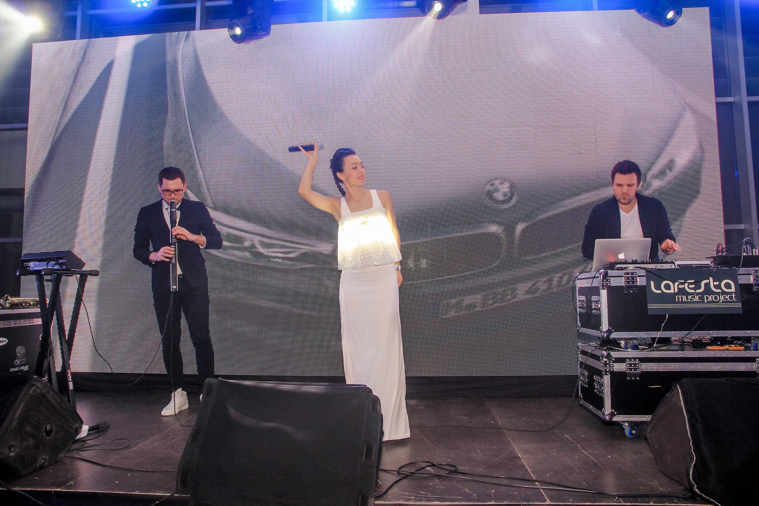 Фото музыкального коллектива на сцене презентации BMW 5-Серии
