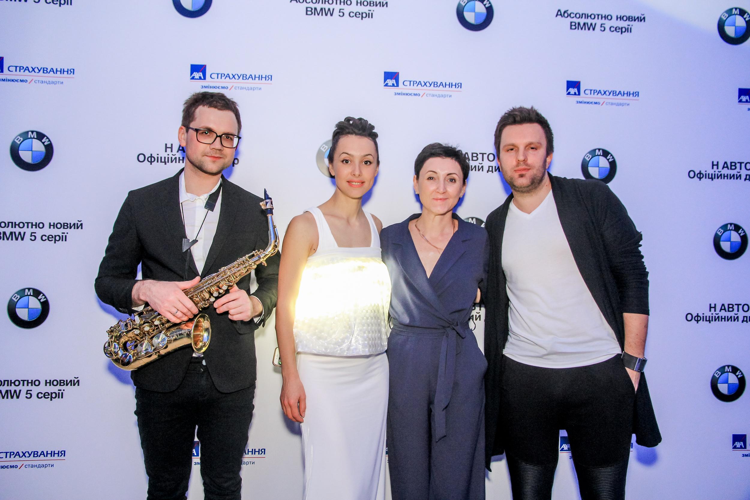 Фото музыкального коллектива с Ларисой Яровой на презентации BMW