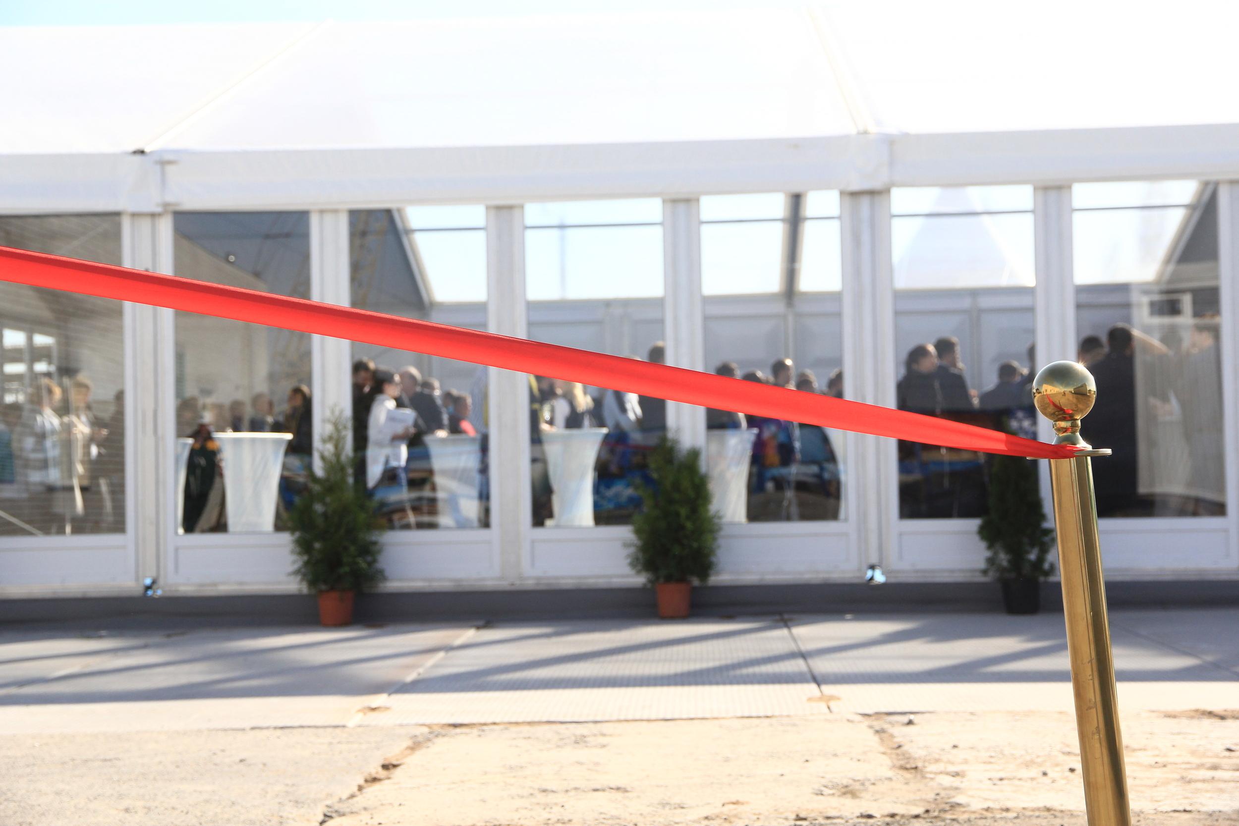Церемония разрезания красной ленты на открытии терминалов UPSS Николаев