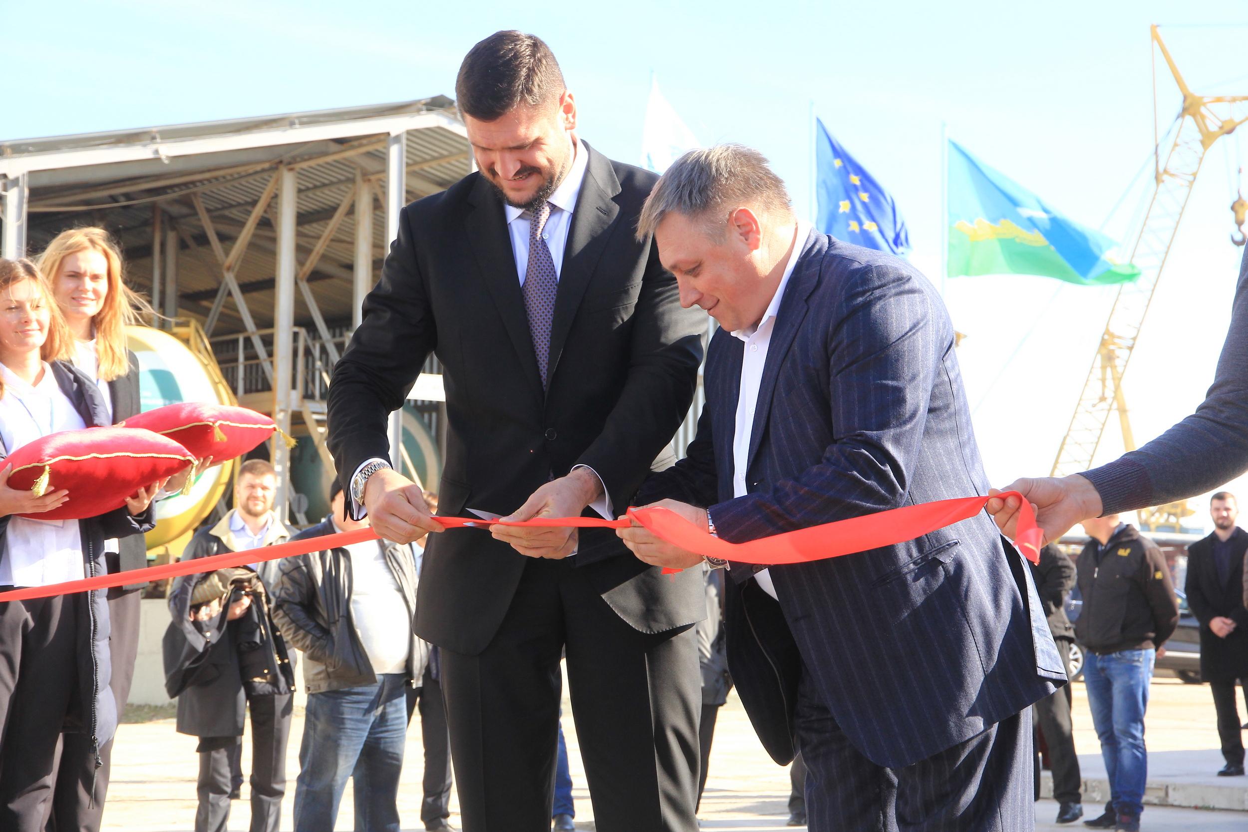 Разрезание красной ленты официальными представителями UPSS на открытии терминалов Николаев