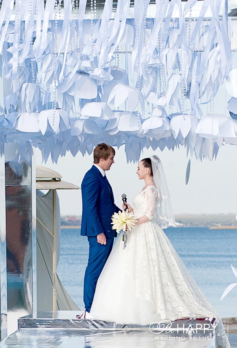 Жених и невеста произносят клятвы свадьба Николаев