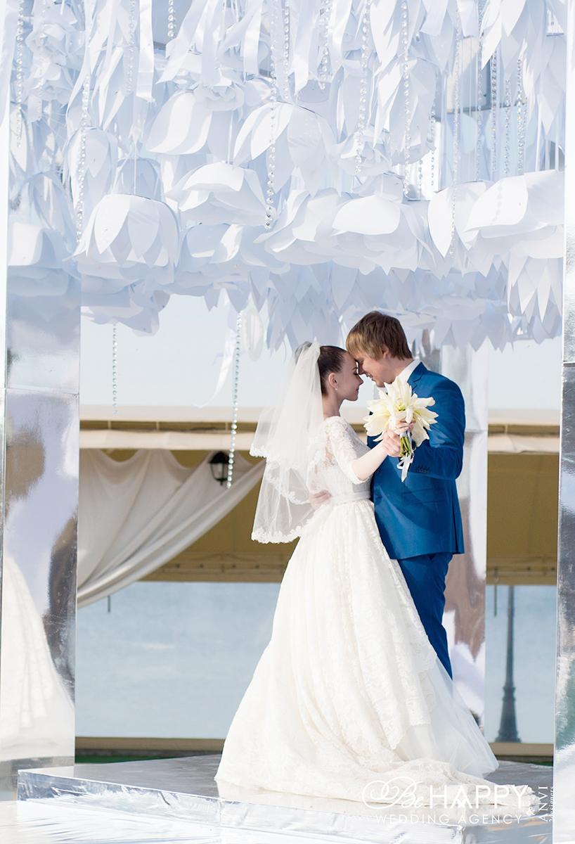 Илона Галицкая с женихом на фоне декоративной свадебной арки