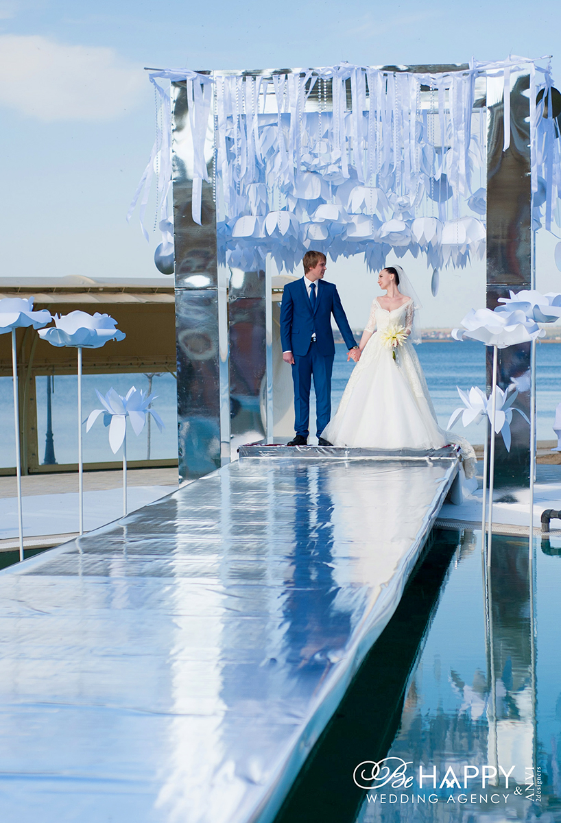 Молодожены держатся за руки свадьба бихеппи Николаев