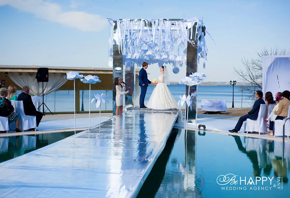 Фото зоны проведения свадебной церемонии с молодоженами и гостями