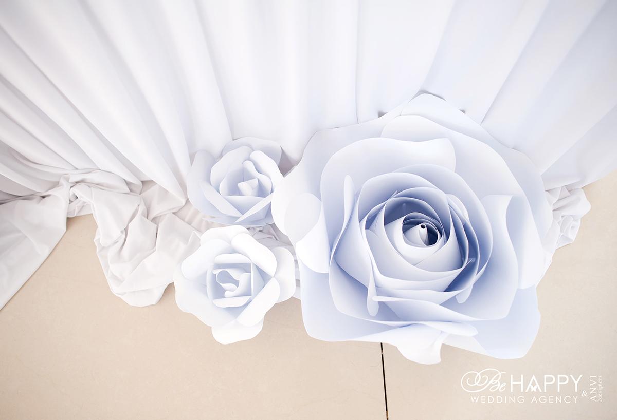 Свадебная арка с декоративной драпировкой и розами