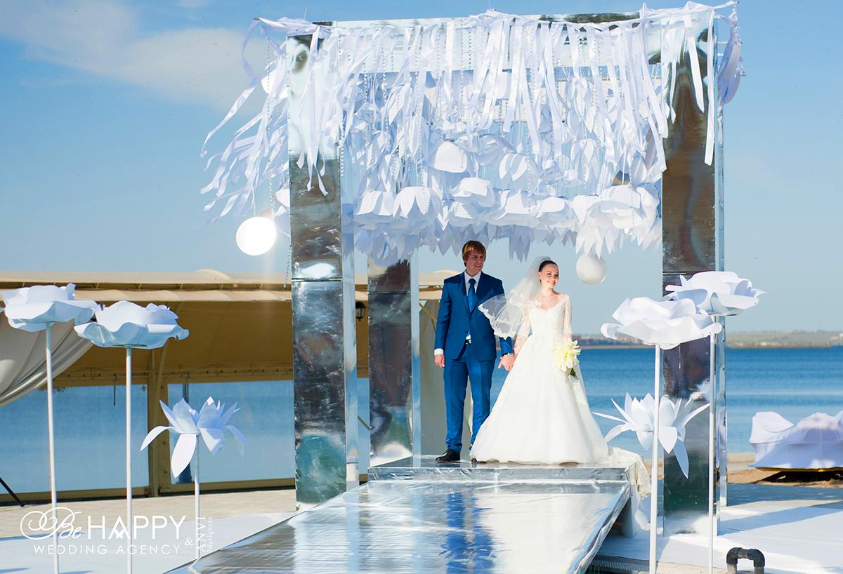 Жених и невеста на месте проведения выездной свадебной церемонии