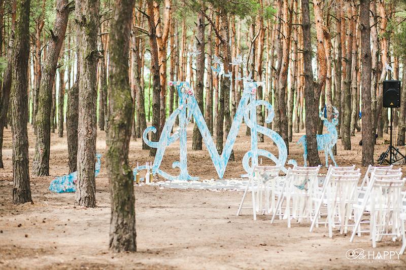 Свадебная арка в виде инициалов жениха и невесты из дерева
