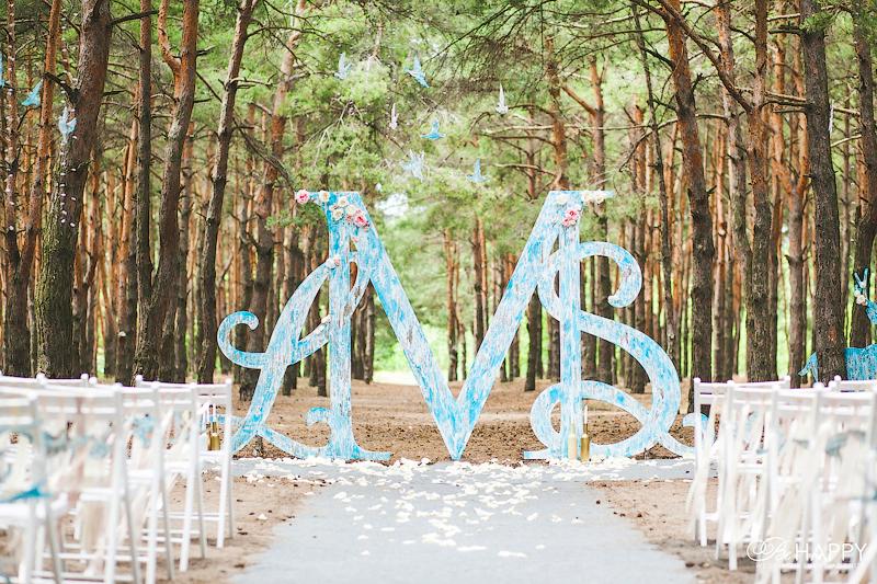 Зона проведения церемонии в лесу свадебная арка