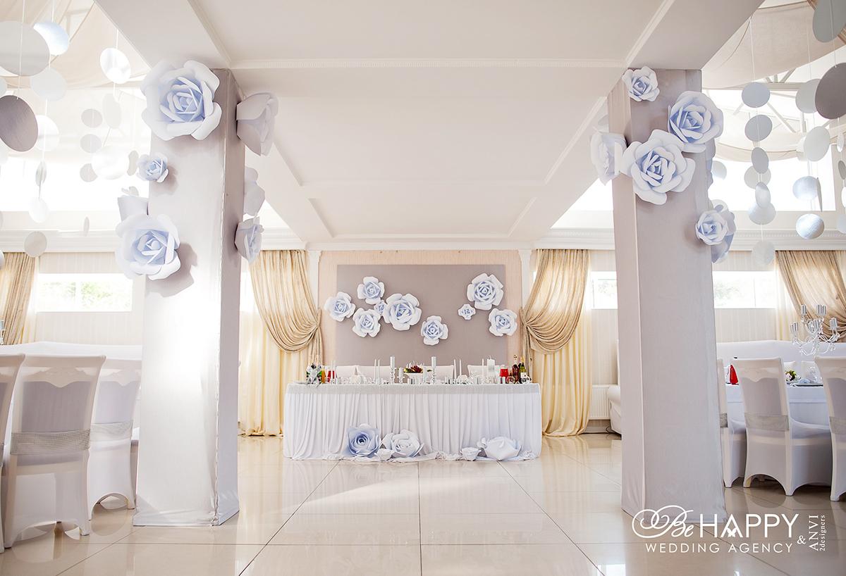 Оформление банкетного зала декоративными розами Би Хеппи