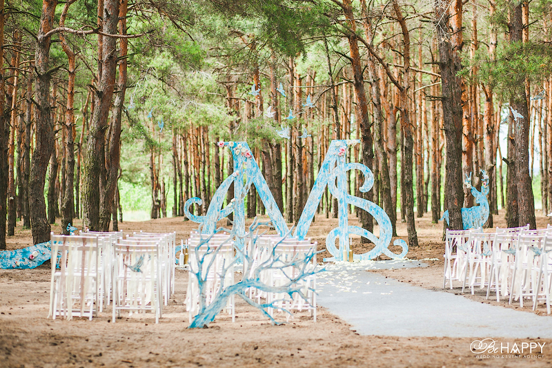 Деревянная арка с инициалами молодоженов свадьба Николаев
