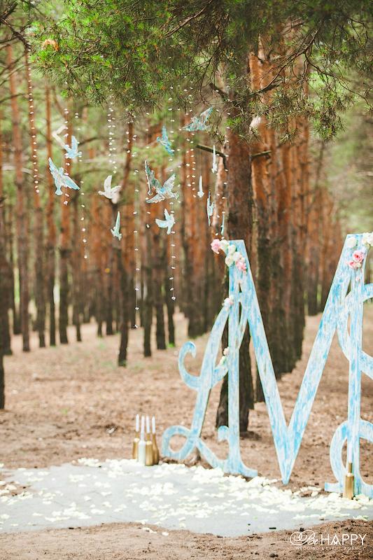 Фото свадебной арки и декоративных птиц в зоне церемонии
