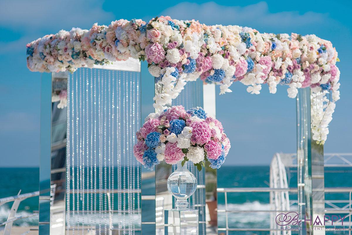 Декоративное оформление свадебной арки разноцветными гортензиями