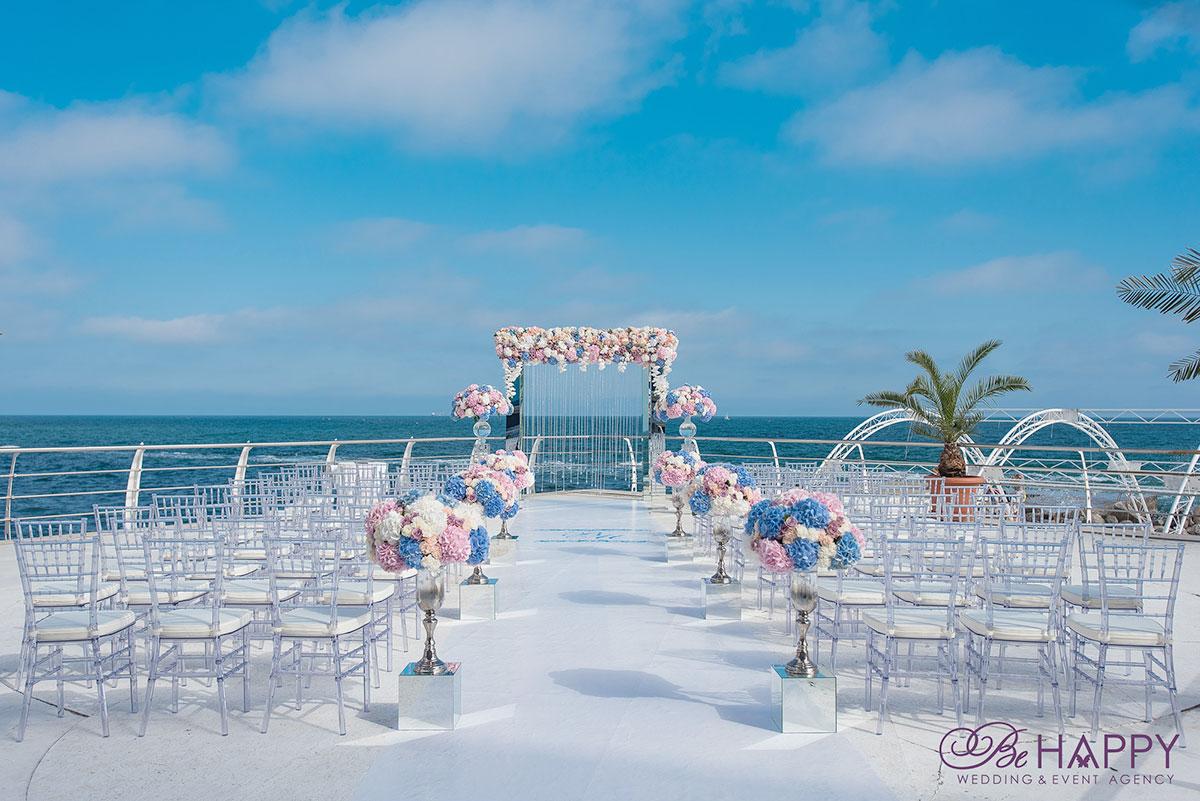 Проход к свадебной арке, украшенный живыми цветами