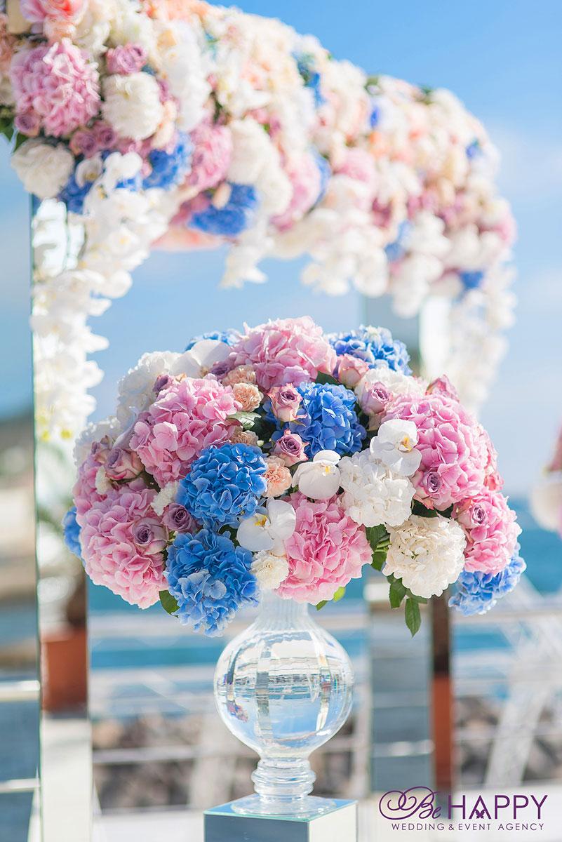 Цветочная композиция из разноцветных гортензий и орхидей