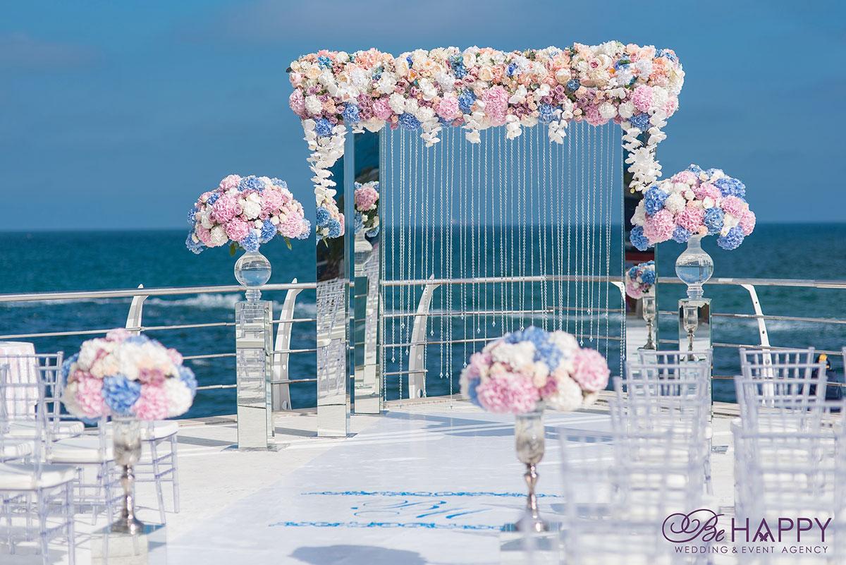Оформление свадебной арки живыми цветами и лентами хрусталя