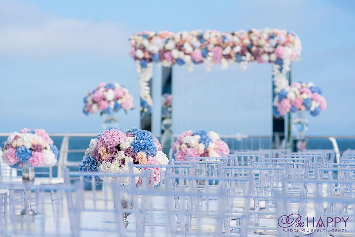 Оформление мест для гостей живыми цветами свадебный декор