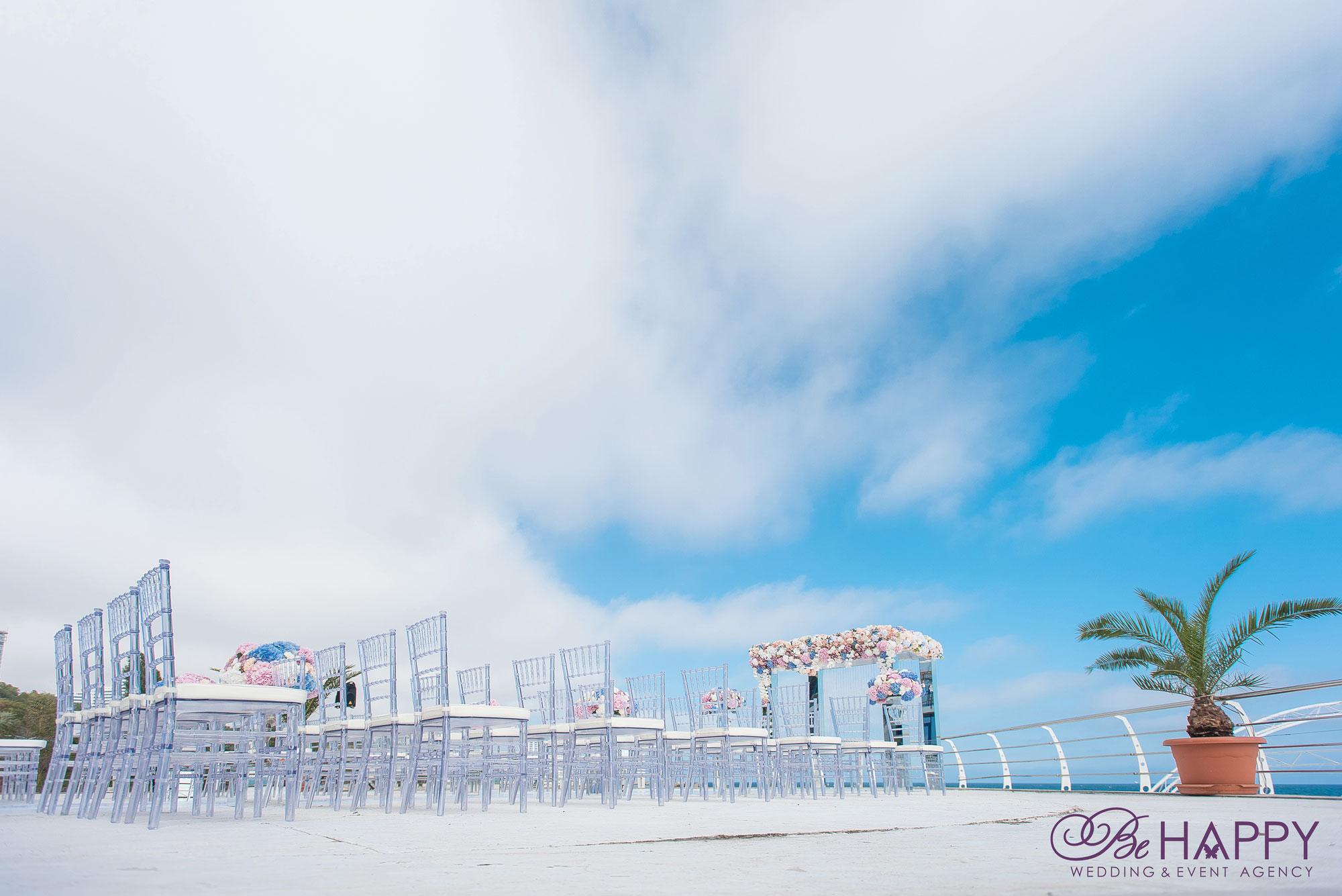 Зона проведения свадебной церемонии места для гостей Би Хеппи