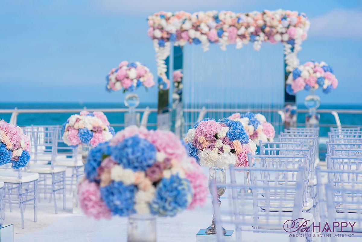 Место проведения свадебной церемонии, украшенное живыми гортензиями