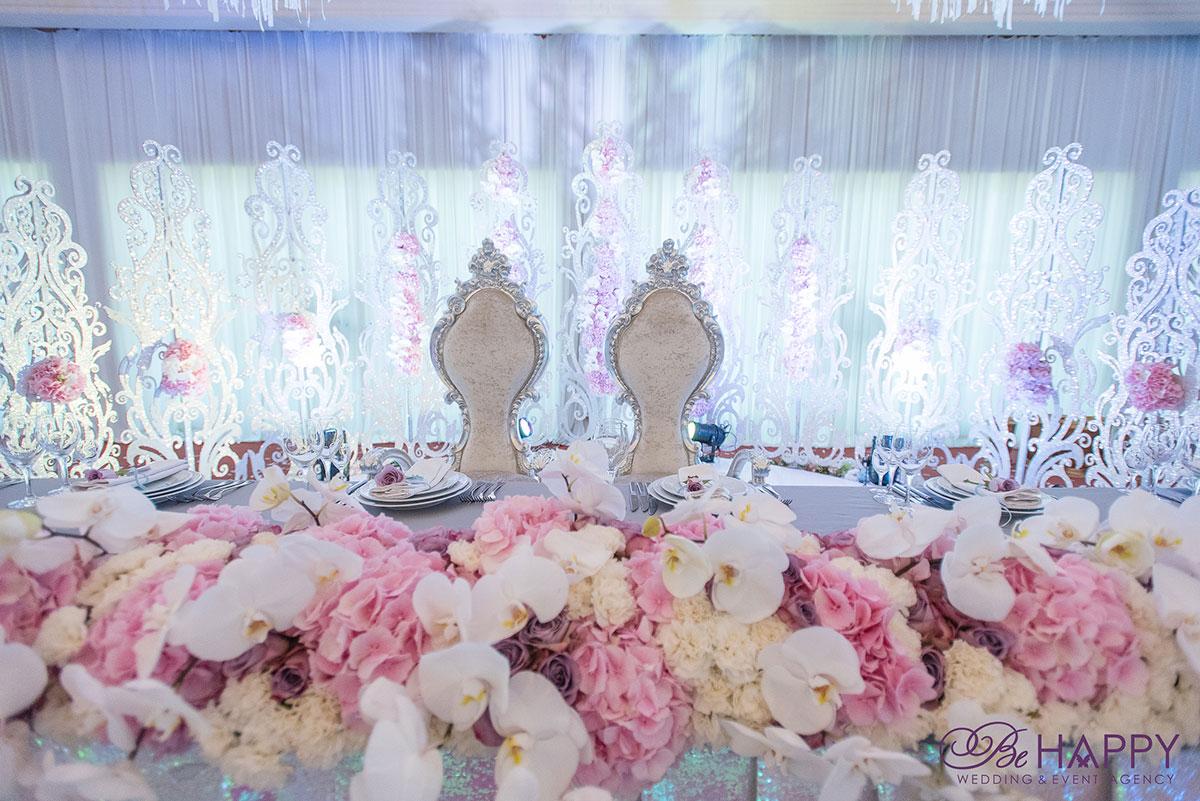 Стол молодоженов с цветочной композицией из живых гортензий