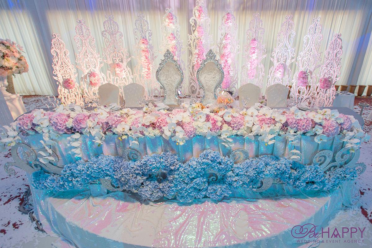 Стол жениха невесты с живыми цветами и предметами декора