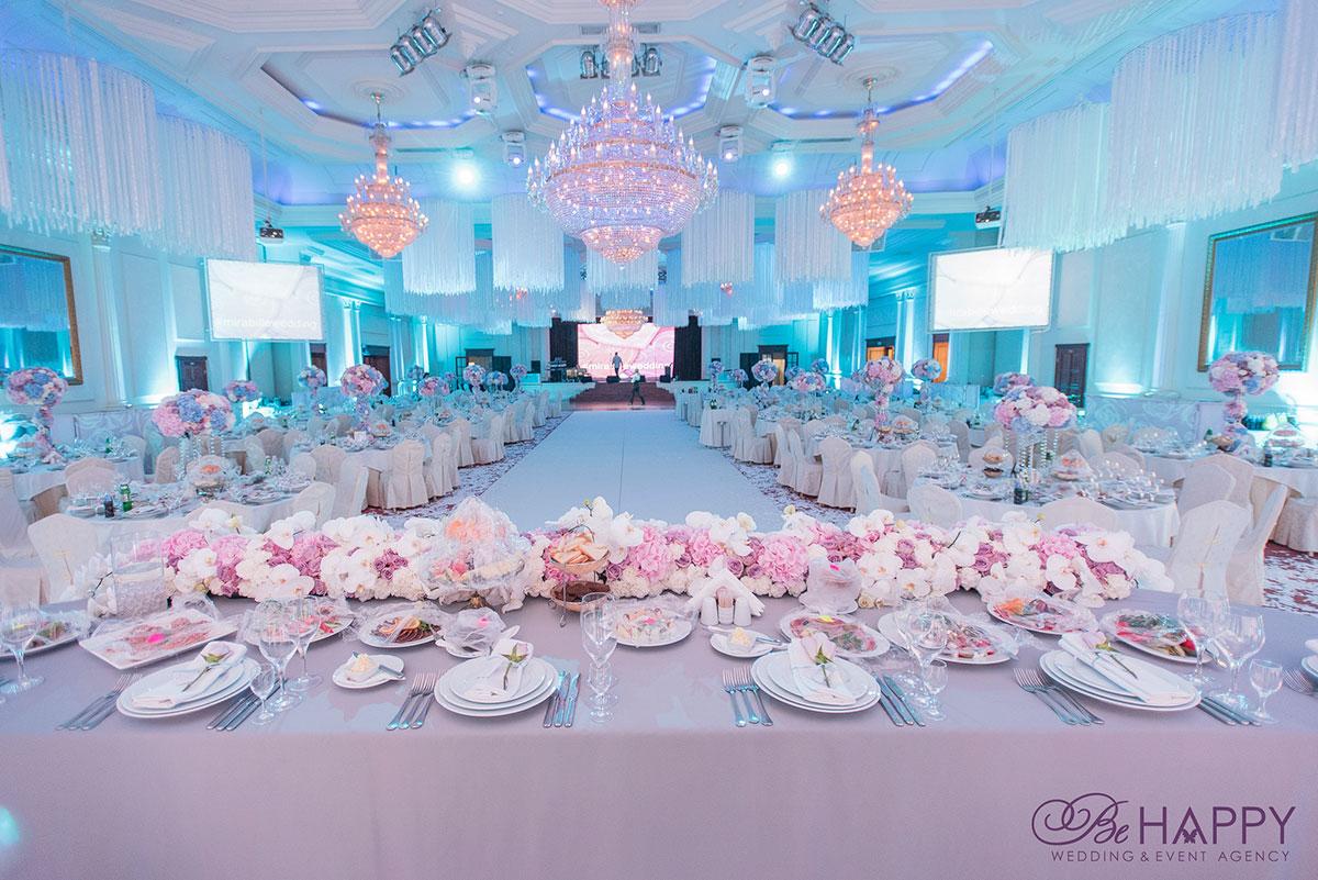Фото стола жениха и невесты с видом на банкетный зал