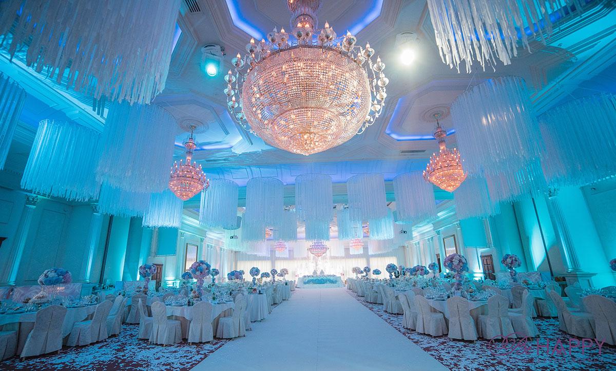 Роскошный банкетный зал с хрустальными люстрами