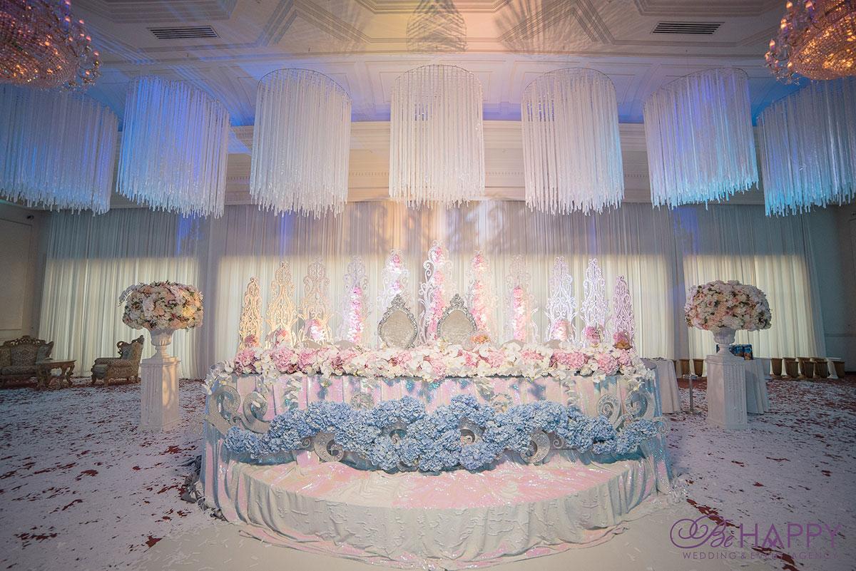 Стол молодоженов под хрустальными люстрами свадьба бихеппи